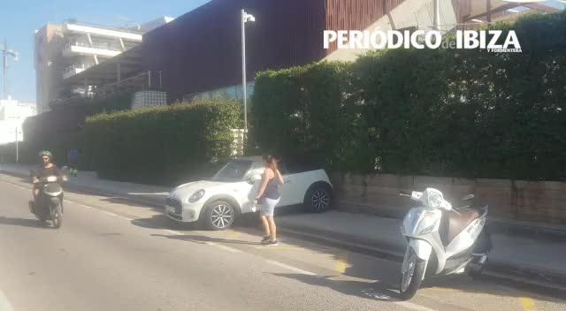 Incívico e irregular estacionamiento en la 'Milla de oro' de Ibiza