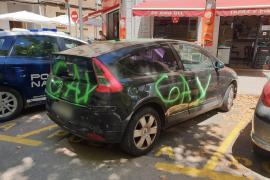 Denuncia ante la policía en Palma que el coche de su hijo amaneció con pintadas homófobas