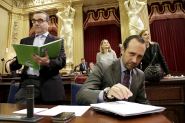 PSIB y Més retan a Bauzá a publicar su IRPF y él les insta a apartar a los imputados
