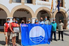 Santa Eulària recibe cinco banderas azules y una mención especial por el servicio de baño adaptado