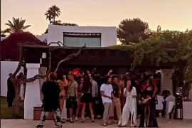 Denuncian una multitudinaria fiesta ilegal en Can Soleil