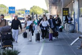 Turistas británicos sin doble vacuna dejan Baleares para evitar la cuarentena