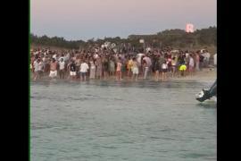 Dispersan a un centenar de personas de una fiesta en la playa