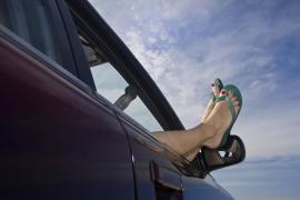 Conducir sin camiseta o con chanclas, entre las infracciones más frecuentes en verano