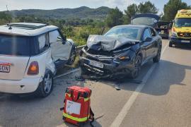 Cuatro heridos en un aparatoso choque entre dos coches en la carretera de Santa Eulària