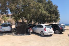 Denuncian el abandono de la zona de sa Roqueta y el nulo control del aparcamiento junto al Parque Natural