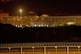 Más de 200 migrantes entran este jueves a Melilla saltando la valla con Marruecos