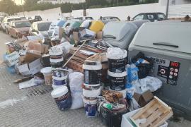 Cuatro sancionados por un único vertido de decenas de kilos de basura en una calle de Santa Gertrudis