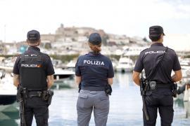 Policías italianos y alemanes patrullan juntos las calles de Ibiza