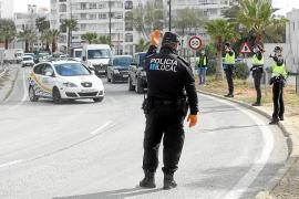 Agentes de la Policía Local de Vila durante un control en la entrada de Ibiza