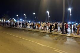 Largas colas para coger un taxi en Ibiza tras el cierre de la hostelería
