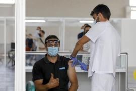 Darias afirma que se inyectará una tercera dosis de la vacuna
