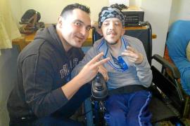 Luis consigue una silla de ruedas con motor eléctrico