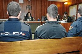 El acusado de asaltar tres gasolineras y robar dos móviles no se acuerda de nada «porque iba hasta arriba»