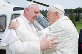 Abrazo histórico entre dos papas, Francisco y Benedicto