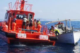 Rescatan a cinco navegantes que pasaron la noche en un paddle surf tras hundirse su barco en Ibiza