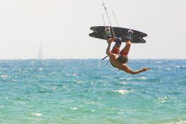 Costas impone 3.000 euros de multa por navegar con un kitesurf en la zona de baño