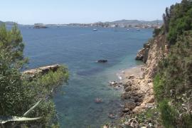 La Policía evita que un hombre muy agresivo salte al vacío desde un acantilado de Ibiza