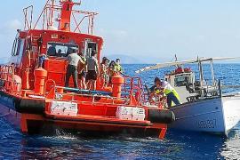 Un helicóptero rescata a los tres ocupantes de un barco que sufrió una vía de agua