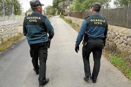 Un hombre de 57 años muere al caer de un algarrobo en una finca de Mallorca