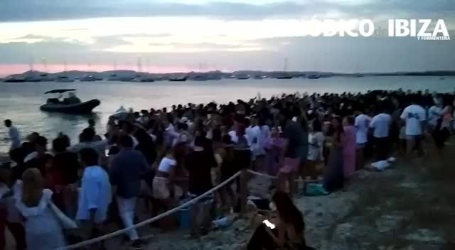 Descontrol total en una playa de Formentera: ni mascarillas, ni distancia y mucha fiesta