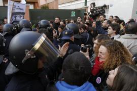 Afectados por las hipotecas hacen un escrache ante la casa de Soraya Sáenz de Santamaría