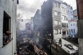 Un incendio en Bermeo destruye cinco edificios y deja sin casa a 35 familias