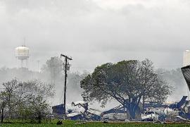 Los bomberos temen que haya hasta 70 muertos por una explosión en una planta química en Texas