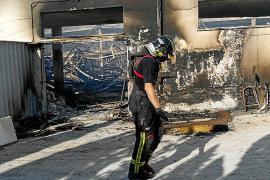 Un virulento incendio arrasa una polémica nave de Sant Josep y obliga al desalojo de los vecinos