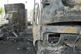 Un incendio destruye una nave industrial en la carretera del aeropuerto
