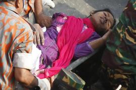 Rescatada una mujer con vida 17 días después del derrumbe en Bangladesh