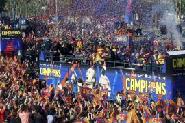 Miles de aficionados celebran la Liga en las calles de Barcelona