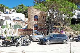 Cala Vedella: barra libre al aparcamiento sin control