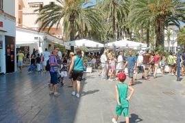 Turistas paseando ayer, en la entrada del puerto de Vila.