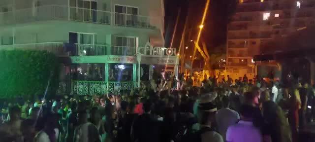 Cargas policiales en Mallorca para evitar que 500 turistas borrachos cortaran la calle de Punta Ballena