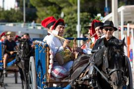 La música y el autocine conviven con los carros tradicionales, la magia y el cuentacuentos en las fiestas de Cala Llonga