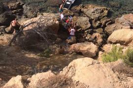 Evacuado por mar un ciclista que cayó desde ocho metros de altura entre Cala Pada y es Niu Blau