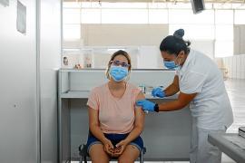 Una enfermera administrando una de las dosis de la vacuna en el Recinto Ferial de Ibiza