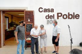 La Casa del Poble y el club de mayores de la Mola organizaron la fiesta de cumpleaños de Pep en la que se hizo un convite para todos los asistentes
