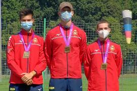 Jorge Dabán, Javier Mérida y Toni Roig, este a la derecha, posan con sus medallas de bronce al término de la competición celebrada en Wroclaw