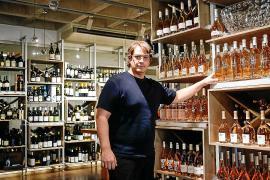 Un responsable de Vila Vins muestra algunas de las botellas en exposición