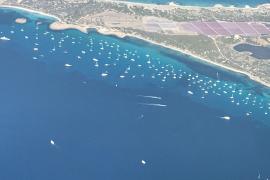 Las embarcaciones colapsan la costa de Formentera