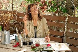Simona Colzi llena de colores naturales el Centre Antoni Tur 'Gabrielet' de Formentera