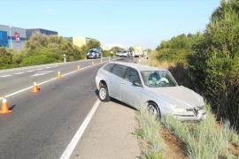 Herida grave tras una colisión frontal entre dos vehículos en Mahón