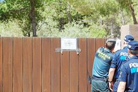 Sant Josep precinta con cadenas las entradas del complejo turístico ilegal Casa Lola