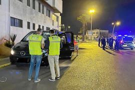 Los nuevos agentes de transporte del Consell denuncian a un taxi ilegal en su primer control