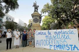 Un centenar de personas protesta en Ibiza contra la agresión sexual de Formentera