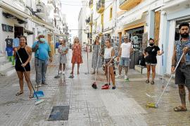 Vecinos y comerciantes de La Marina protestan limpiando ellos mismos sus calles