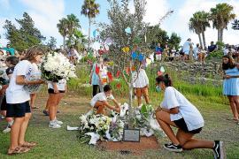 Durante el acto homenaje al pequeño Nils Dupin se plantó un olivo en su memoria y se realizó una suelta de palomas
