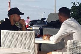 Jony, desayunando con Guerrero en Ibiza
